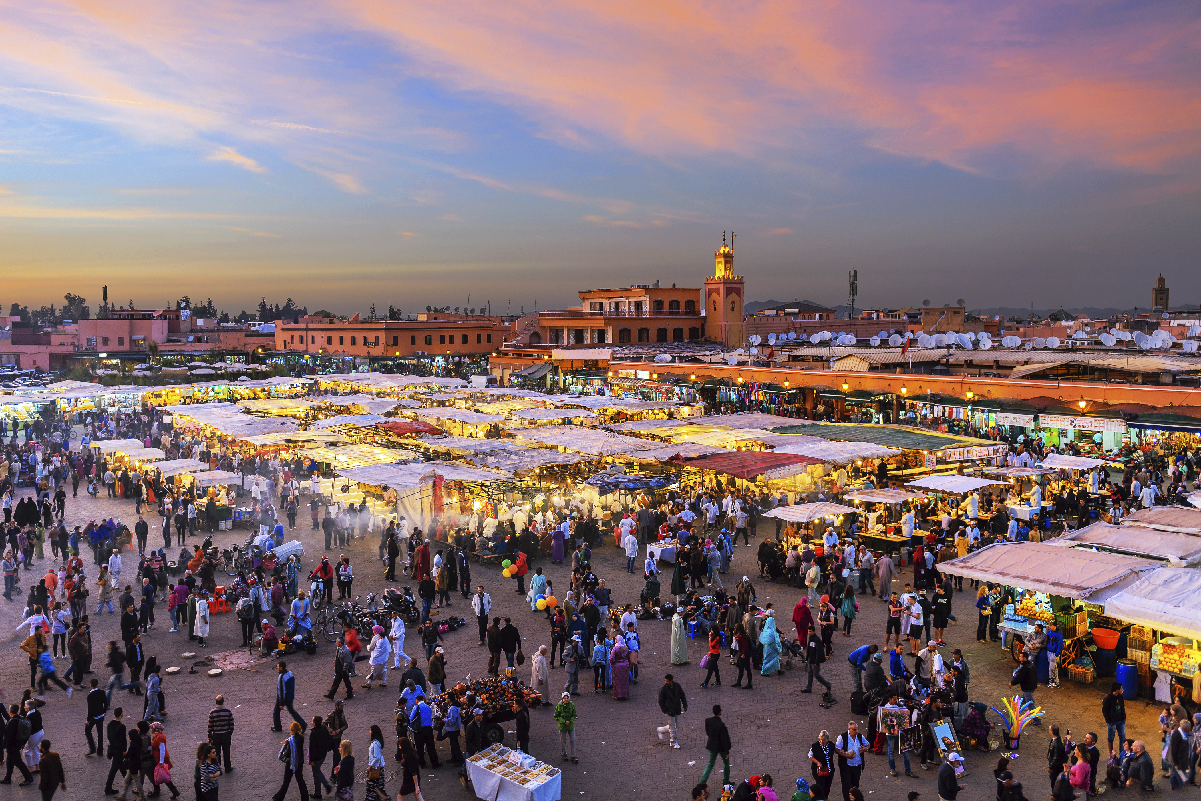 Evening-Djemaa-El-Fna-Square-with-Koutoubia-Mosque,Marrakech